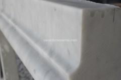 Dettaglio di scalino in marmo Bianco Carrara